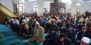 Kars'ta vatandaşlar bayram sabahı camilere akın etti
