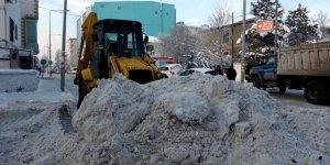 Ardahan'da kar birikintileri kent dışına taşındı