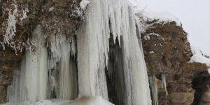 Soğuk Hava Nehir Ve Dereleri Dondurdu