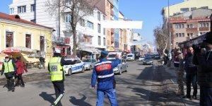 """Kars'ta Trafikte """"Öncelik Hayatın, Öncelik Yayanın"""" Eylemi"""