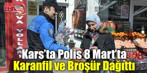 Kars'ta Polis 8 Mart'ta karanfil ve broşür dağıttı