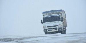 Kars ve Ardahan'da kar yağışı ulaşımı aksatıyor