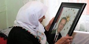 Cumhurbaşkanı Erdoğan'ın fotoğrafına sarılan nine gözyaşı döktü