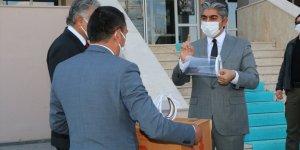 Iğdır'da öğretmenler polisler için siperlikli maske üretti