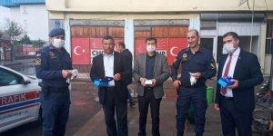 Akyaka'da esnaf ve vatandaşlara maske dağıtıldı