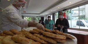 Kısıtlamaya rağmen vatandaşlar Ramazan pidesi kuyruğuna girdi