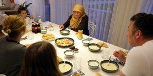 Almanya'da Müslümanlar Ramazan ayının ilk iftarını evlerinde açtı