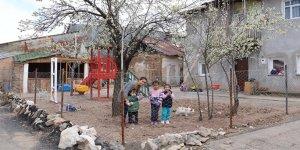 Sokağa çıkamayan çocukları için evinin bahçesine park kurdu