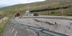 Siirt'te aşırı yağışlar nedeni ile asfalt yol çöktü