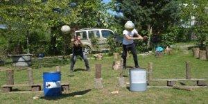 Sokağa çıkamayan çocukları için evinin bahçesine oyun parkuru kurdu