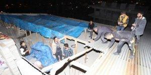 Hakkari'de şiddetli fırtına çatıları uçurdu