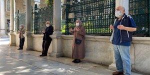 65 yaş üstü vatandaşlar yasağın kalkmasıyla Eyüpsultan Camii'ne akın etti