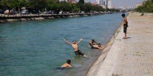 Sulama kanalında serinleyen çocuklara polis engeli