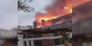 Ataşehir'de İki katlı binanın çatısı alev alev yandı