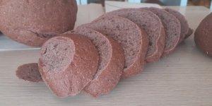 Kırmızı pancardan üretilen mor ekmek ücretsiz ikram ediyor