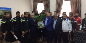 Karsspor 36, polisleri karanfille kutladı