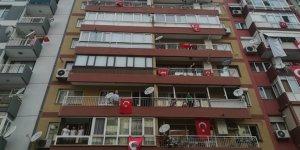 Türkiye saat 19:19'da balkonlara çıkarak İstiklal Marşı'nı okudu