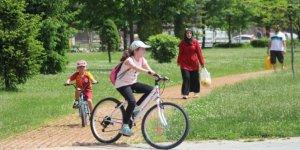 Sıcak havaya rağmen sokaklar çocuk sesleriyle şenlendi
