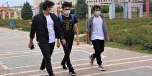 Gençler 4 saatlik izinlerinde soluğu yürüyüş parklarında aldı