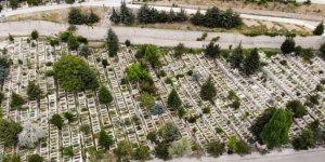 Ramazan Bayramı öncesi Karşıyaka Mezarlığı sessizliğe büründü