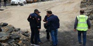 Baraj inşaatında iş makinesiyle suya düşen işçi kayboldu