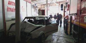 Artvin'de freni boşalan otomobil itfaiye araç parkına girdi