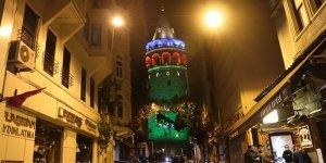 İstanbul'un köprüleri Azerbaycan bayrağı renklerine büründü