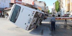 Karaman'da ticari taksiyle çarpışan işçi servisi devrildi: 11 yaralı