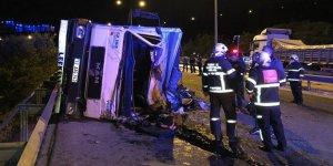 Sebze yüklü kamyon devrildi: Biri ağır 3 yaralı