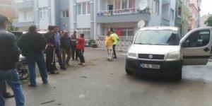 Hafif ticari araçla motosiklet çarpıştı: 2 yaralı