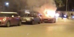 Kadıköy'de park halindeki spor otomobil alev alev yandı