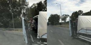 Trafikte tehlikeli hareketler: Direksiyonu bırakıp kapıyı açtı