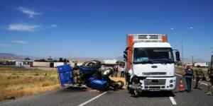 Kamyon buğday yüklü traktörle çarpıştı: 1 yaralı