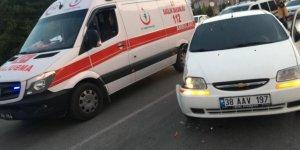 Direksiyon hakimiyeti kaybolan araç ambulansa çarptı