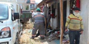 Manisa'da 30 metrekare evden 15 ton çöp çıkarıldı