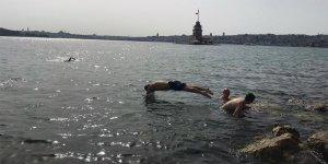 Kısıtlamanın kalkmasıyla Kız Kulesi'ne karşı Boğaz'da yüzdüler