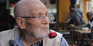 62 yıldır ağzından düşürmediği gülle virüse meydan okuyor