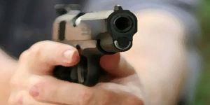 Silah ruhsatını yenilemek için kendi işyerine ateş etti