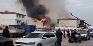 Deterjan fabrikasında çıkan yangın çevredeki binalara sıçradı