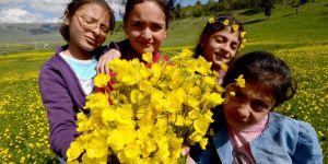 Uçurtma uçurup çiçek toplayarak rehabilite oluyorlar