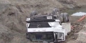 Yol çöktü, kamyon devrildi: 1 yaralı
