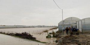 Antalya'da 3 ev sular altında kaldı, mahsur kalanları itfaiye kurtardı