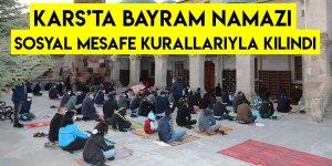 Kars'ta Bayram Namazı Sosyal Mesafe Kurallarıyla Kılındı