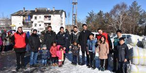 Kars'ta 300 sığınmacıya kışlık giysi ve battaniye yardımı