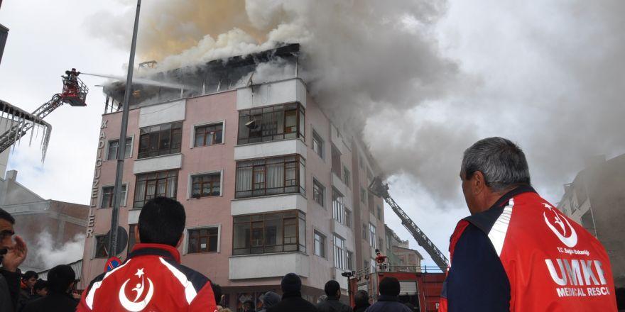 Kars'ta 5 katlı binada çıkan yangın paniğe neden oldu