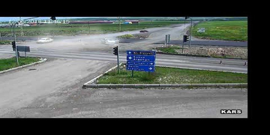 Kars Ani Ören Yeri Kavşağında Meydana Gelen Trafik Kazası Mobese Kameralarına Yansıdı!