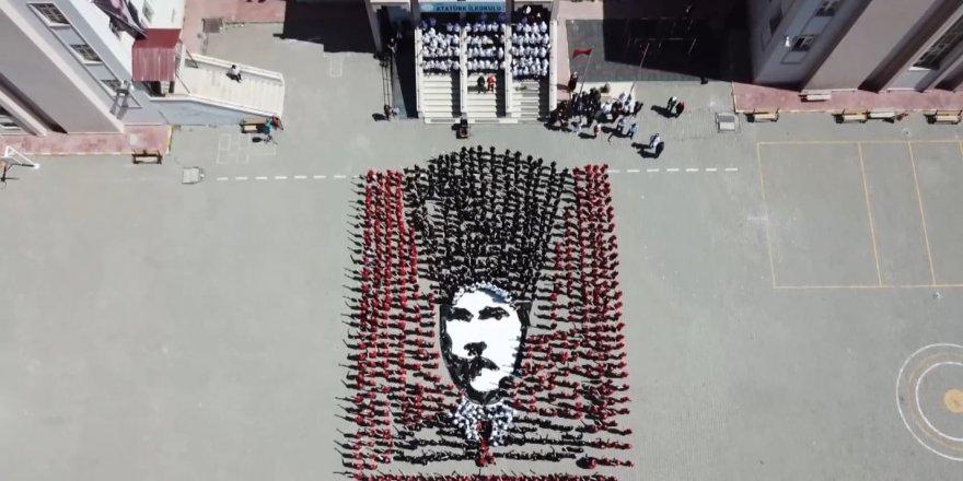 Kars'ta ilkokul öğrencilerinden muhteşem Atatürk koreografisi Kaynak: Kars'ta ilkokul öğrencilerinden muhteşem Atatürk koreografisi